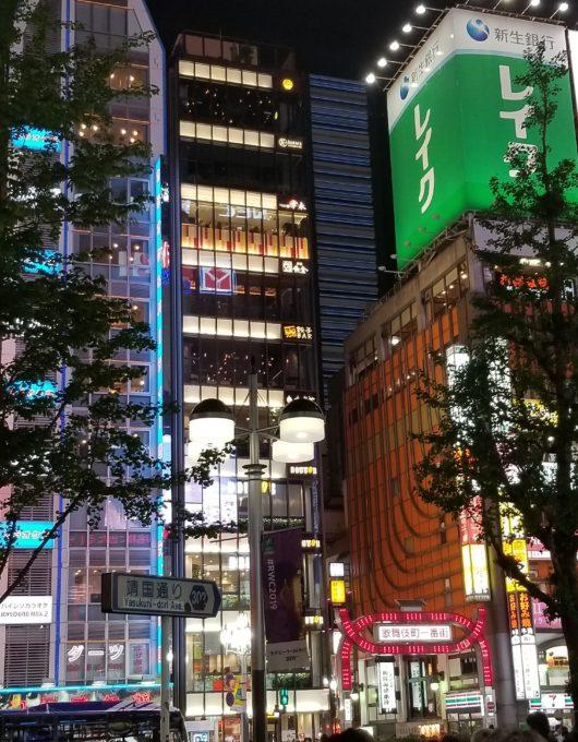 歌舞伎町1番街とSUZUYAビル