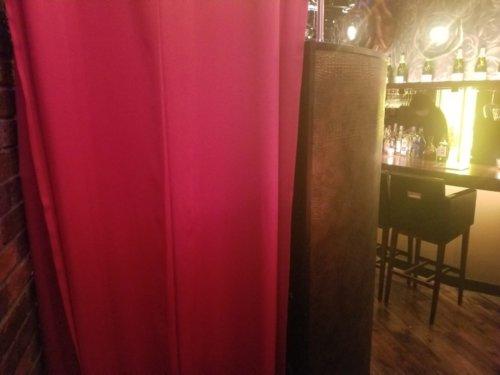 The PRIVATE LOUNGE 赤坂店の個室には赤カーテン